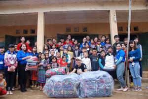 Đội tình nguyện trao chăn ấm, quần áo cho các em học sinh trường  tiểu học Hang Kia A