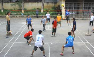 Các đội tham gia thi đấu nội dung bóng chuyền mềm tại buổi giao lưu thể thao.