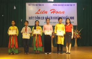 Lãnh đạo Nhà thiếu nhi tỉnh trao giải cho các em đạt giải cao.