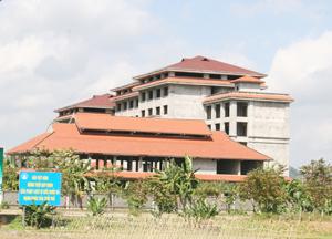 Dự án khu vui chơi giải trí cao cấp suối khoáng Kim Bôi, xóm Mớ Đá, xã Hạ Bì được cấp phép đầu tư năm 2008 nhưng hiện đang dang dở, bỏ không.