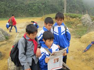 Học sinh trường THCS xã Đoàn Kết (Đà Bắc) tìm hiểu kiến thức về NS&VSMT qua sách, báo.