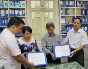 Lãnh đạo Sở VH-TT&DL nộp hồ sơ di sản văn hóa phi vật thể Mo Mường và Chiêng Mường tỉnh Hòa Bình cho Cục Di sản Văn Hóa (Bộ VH-TT&DL).