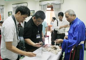 Cán bộ Sở VH-TT&DL kiểm kê bộ khót của các ông Mo  huyện Kim Bôi.