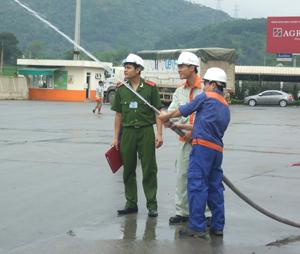 Cán bộ PCCC - Công an tỉnh kiểm tra hệ thống chữa cháy tại Công ty TNHH Japfa Comfeed Việt Nam - chi nhánh Hòa Bình.