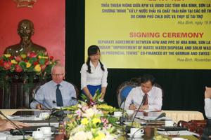 Đồng chí Bùi Văn Khánh, Phó Chủ tịch UBND tỉnh tham gia ký kết thỏa thuận với đại diện Ngân hàng tái thiết Đức