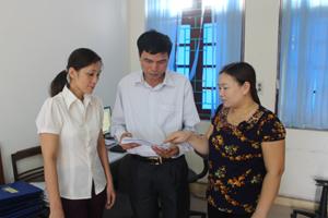 Cán bộ UBKT Huyện ủy Yên Thủy thường xuyên trao đổi nâng cao trình độ nghiệp vụ, đáp ứng yêu cầu nhiệm vụ được giao. ảnh: P.V