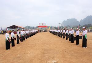 Màn trình tấu cồng chiêng của nhân dân xã Tân Phong (Cao Phong) trong ngày khai hội chùa Quoèn Ang năm 2015.