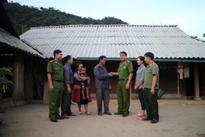 """Cán bộ Công an huyện Mai Châu thường xuyên đến các xóm, bản xã Hang Kia vận động quần chúng nhân dân tham gia phong trào """"Toàn dân bảo vệ ANTQ""""."""