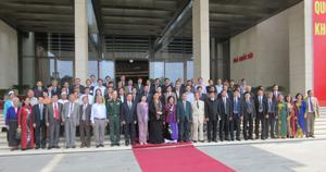 Đồng chí Tòng Thị Phóng, Ủy viên Bộ Chính trị, Phó Chủ tịch Quốc hội chụp ảnh lưu niệm với các đồng chí lãnh đạo tỉnh, các vị Đại biểu quốc hội (ĐBQH) qua các nhiệm kỳ ứng cử tại tỉnh Hòa Bình tại tiền sảnh Nhà Quốc hội.