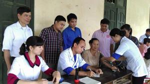 Hành trình thầy thuốc trẻ làm theo lời Bác được tổ chức hàng năm là dịp để đội ngũ y, bác sỹ trẻ trong tỉnh chung tay vì cuộc sống cộng đồng. Ảnh: CLB thầy thuốc trẻ (Bệnh viện Đa khoa tỉnh) khám - chữa bệnh, cấp thuốc miễn phí cho người dân xã Tú Sơn (Kim Bôi).