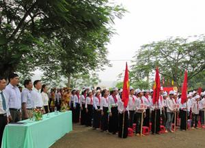 """Trường THCS xã Định Cư (Lạc Sơn) thực hiện mô hình điểm """"Giữ gìn, phát huy bản sắc văn hóa trang phục dân tộc Mường"""" với việc học sinh nữ dân tộc Mường mặc trang phục dân tộc vào sáng thứ hai hàng tuần, đến  nay đã lan tỏa ra 57/59 trường trong toàn huyện."""