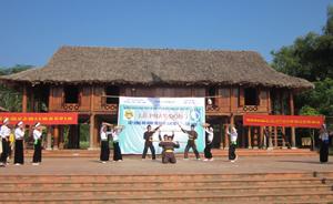 Nhà văn hoá xóm Ải - xã Phong Phú (Tân Lạc) là nơi giao lưu sinh hoạt cộng đồng  gắn với tiêu chí nông thôn mới.