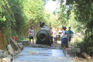 Với phương châm Nhà nước và nhân dân cùng làm, nhân dân xóm Bún, xã Yên Mông, TP Hòa Bình đóng góp công sức làm đường bê tông theo chuẩn NTM. Ảnh: P.V