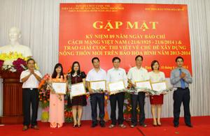 Các đồng chí: Đinh Văn Ổn, Tổng Biên tập Báo Hòa Bình;  Trần Văn Tiệp, Giám đốc Sở NN&PTNT trao giải cho các tác giả đoạt giải cuộc thi viết về chủ đề xây dựng NTM trên Báo Hòa Bình năm 2013 – 2014.