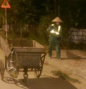 Khi phố phường lên đèn, những nữ công nhân Công ty CP Môi trường đô thị Hoà Bình lại miệt mài với công việc quét dọn phố phường.