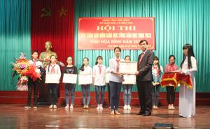 Lãnh đạo Sở GD&ĐT trao giải nhất cho 10 học sinh.