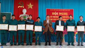 Lãnh đạo huyện Lạc Sơn trao tặng giấy khen cho các tập thể, cá nhân có thành tích xuất sắc trong việc thực hiện Quyết định 62.