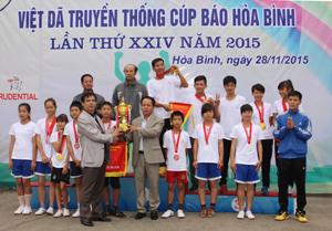 Đồng chí Đinh Văn Ổn – TBT Báo Hoà Bình trao cúp vô địch cho đoàn Đà Bắc.