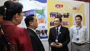 Thủ tướng Lào Thong-xỉng Thăm-mạ-vông (thứ hai bên trái) thăm gian hàng của Bộ Công thương Việt Nam.