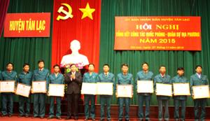 Lãnh đạo huyện Tân Lạc trao giấy khen cho các tập thể, cá nhân vì đã có thành tích xuất sắc trong công tác QP – QS địa phương năm 2015.