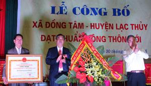 Đồng chí Trần Văn Tiệp, Giám đốc Sở NN&PTNT, Phó ban thường trực BCĐ 800 trao Bằng công nhận xã đạt chuẩn NTM cho xã Đồng Tâm.