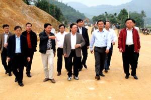 Đồng chí Bùi Văn Tỉnh, Bí thư Tỉnh ủy thị sát công tác GPMB, thi công đường Hòa Lạc- TP Hòa Bình