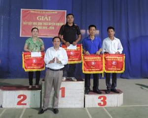 Lãnh đạo Phòng GD&ĐT trao giải toàn đoàn cho các đơn vị có thành tích cao.