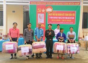 Thượng tá Hà Huy Chiến, Chỉ huy trưởng Ban CHQS huyện Đà Bắc trao tặng 5 suất quà cho các gia đình chính sách khó khăn của xã Đồng Nghê.