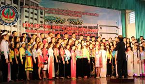 """Tiết mục thi mở đầu đầy ấn tượng của Trường CĐSP Hòa Bình với hợp xướng """"60 năm trường CĐ Sư phạm Hòa Bình""""."""