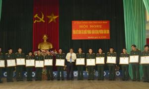 Thay mặt lãnh đạo tỉnh, đồng chí Hoàng Việt Cường trao Bằng khen cho các tập thể đã có thành tích xuất sắc trong phong trào TĐQT năm 2009.