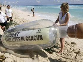Cái chai khổng lồ được dựng trên trên bãi biển Cancun ghi hàng chữ