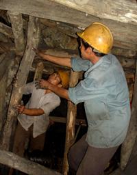 Tiếp tục với phương thức khai thác thủ công, ai dám chắc sẽ không có tai nạn lao động xảy ra.