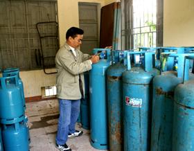 Kiểm tra chất lượng bình gas thường xuyên góp phần đảm bảo chất lượng, đo lường sản phẩm. (Ảnh chụp tại đại lý gas của Chi nhánh xăng dầu Hoà Bình- P.Phương lâm- TP Hoà Bình)