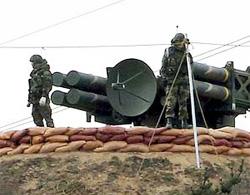 Binh sĩ Hàn Quốc kiểm tra tên lửa đất đối không trên đảo Baengnyeong.
