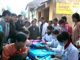 Đoàn bác sĩ Bệnh viện phổi T.Ư và cán bộ Trung tâm phòng - chống bệnh xã hội tỉnh khám bệnh cho nhân dân xã Vĩnh Tiến (Kim Bôi).