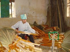 Cơ sở sản xuất chổi chít của gia đình chị Nguyễn Thị Doan, thị trấn Mường Khến (Tân Lạc) góp phần tạo việc làm cho người khuyết tật.