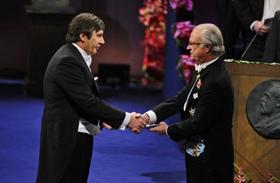 Nhà khoa học Nga, Andre Geim nhận giải Nobel Vật lý.