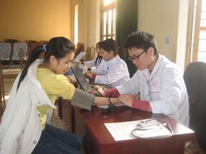 ĐV-TN được tư vấn, kiểm tra sức khoẻ trước khi hiến máu.