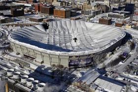 Các lỗ thủng trên mái sân vận động Metrodome ở thành phố Minneapolis.