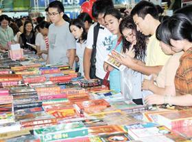 Nhiều bạn trẻ tìm mua sách tại một cuộc triển lãm sách ở TPHCM