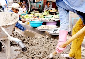 Bày bán thực phẩm cạnh công trường xây dựng