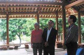 Gia đình nạn nhân CĐDC Lò Văn Nhâm, bản Văn, thị trấn Mai Châu xây dựng được ngôi nhà sàn nhờ nguồn vốn CVĐ.