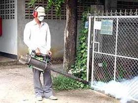 Nhân viên y tế đang phun thuốc diệt muỗi