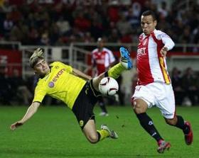 Tiền đạo Luis Fabiano (phải, Sevilla) vượt qua Marcel Schmelzer của Borussia Dortmund.