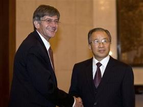 Ủy viên Quốc vụ Trung Quốc Đới Bỉnh Quốc (phải) và Thứ trưởng Ngoại giao Mỹ James Steinberg thăm Trung Quốc