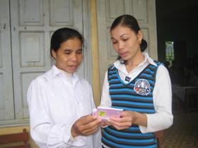 Cán bộ chuyên trách dân số xã Tiến Sơn (Lương Sơn) hướng dẫn chị em cách sử dụng thuốc viên uống tránh thai đúng cách.