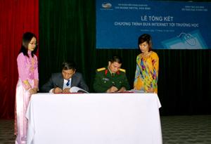 Lãnh đạo Chi nhánh Viettel tại Hoà Bình ký kết bàn giao mạng giáo dục cho Sở Giáo dục và Đào tạo.