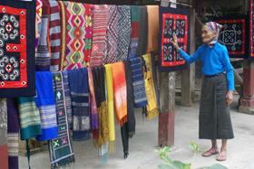 Bản Văn, thị trấn Mai Châu (Mai Châu)  lưu giữ và phát triển nghề dệt thổ cẩm truyền thống.