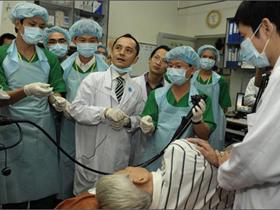 BS Mori - người Nhật đang hướng dẫn nội soi mũi cho các bác sĩ BV Đại học Y Dược TPHCM
