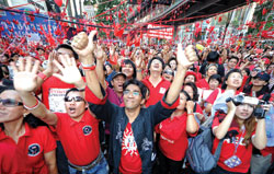 Phe áo đỏ vẫn biểu tình ở Bangkok.